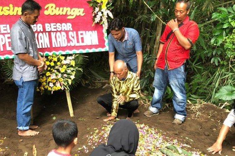 Suraji Ayah Yasinta Bunga saat pemakaman jenazah (Tribun Jogja/Irvan)