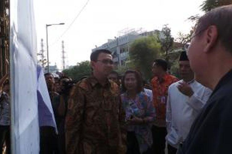 Gubernur DKI Jakarta Basuki Tjahaja Purnama bersama Wali Kota Jakarta Utara Rustam Effendi dan Kepala Dinas Pertamanan dan Pemakaman DKI Ratna Diah Kurniawati, saat meninjau pembangunan jembatan Pluit, Jakarta Utara, Jumat (21/8/2015).