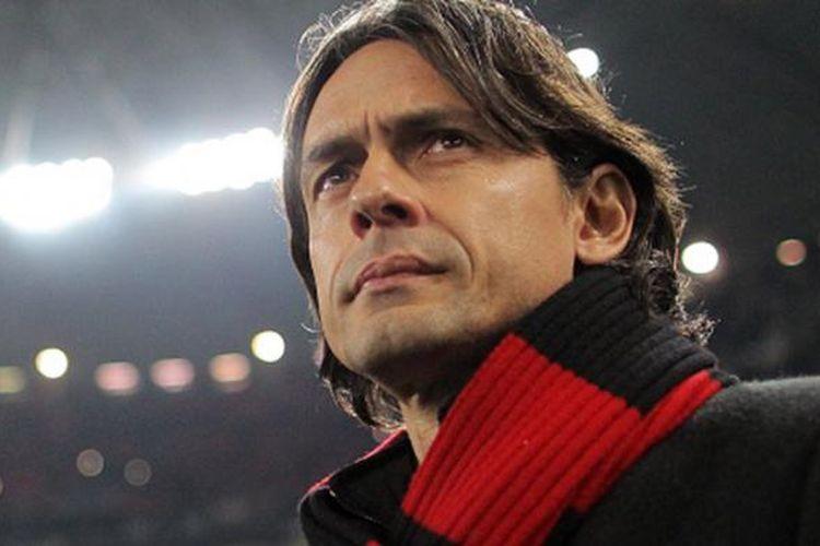 Eks pelatih AC Milan, Filippo Inzaghi, saat mengamati jalannya pertandingan dari tepi lapangan.