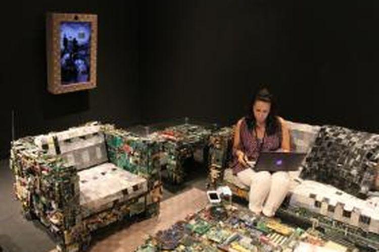 Caldwell telah menyusun furnitur dari peralatan komputer usang dan komponen elektronik bekas ini untuk dipamerkan pada Binary Collection, Design Miami 2013.