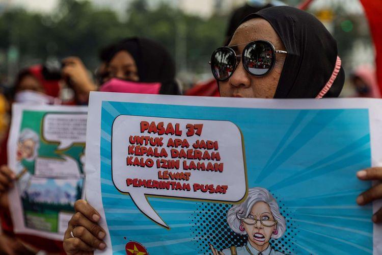Serikat Masyarakat Miskin Indonesia (SRMI) melakukan aksi unjuk rasa di kawasan Patung Kuda Jakarta Pusat, Jumat (16/10/2020). Mereka menolak pengesahan omnibus law Undang-undang Cipta Kerja.