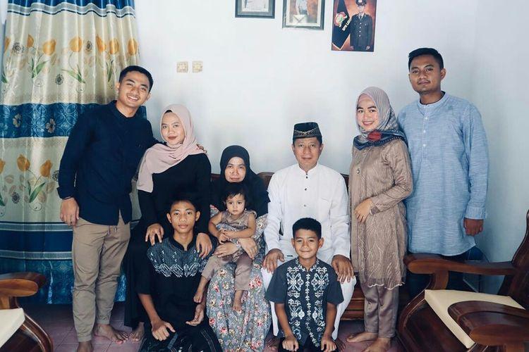 Pemain muda Persebaya Surabaya Hambali Tholib merayakan Hari Raya Idul Fitri bersama keluargnya di Makassar.