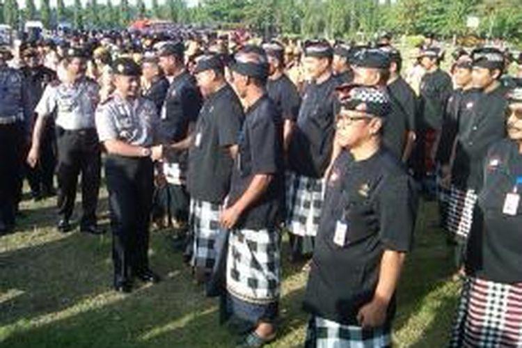 Kapolda Bali Irjen Pol Arif Wachyunadi memeriksa kesiapan pecalang dalam apel gelar pasukan operasi ketupat agung 2013 di Lapangan Renon, Denpasar, Kamis (1/8/2013).