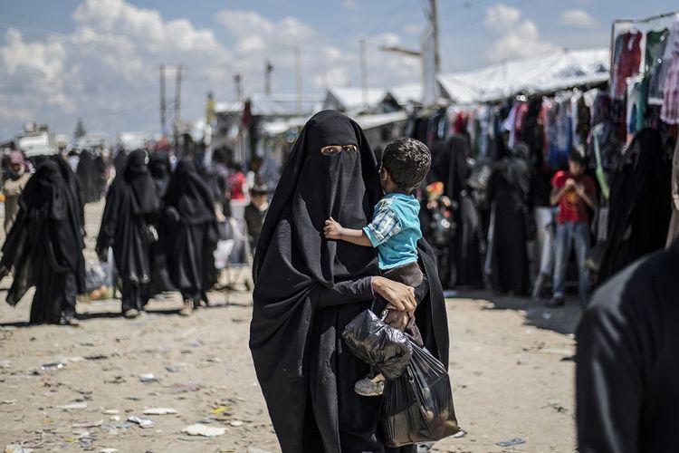 Perempuan dan anak-anak Suriah ditempatkan di kamp penampungan Al-Hol di bawah pengawasan Kurdi Suriah.