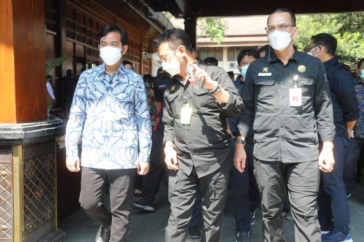 Menteri Pertanian (Mentan) Syahrul Yasin Limpo (SYL) (tengah) bersama Wali Kota (Walkot) Solo Gibran Rakabuming Raka (kiri).
