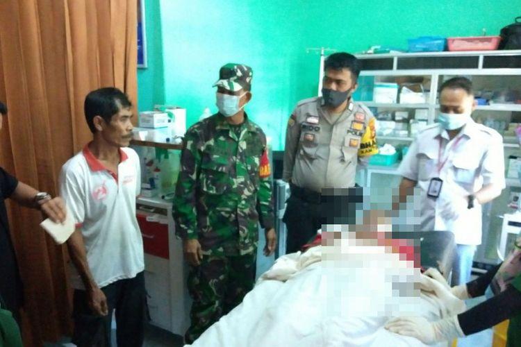 Petugas kepolisian dan TNI melihat korban tewas gantung diri yang sempat dilarikan ke poliklinik di Kelurahan Kota Lama, Kecamatan Kunto Darussalam, Kabupaten Rohul, Riau, Rabu (3/6/2020).