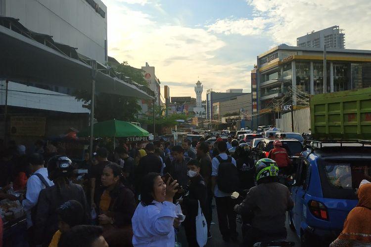 Suasana di sekitar Pasar Bendungan Hilir pada hari pertama Ramadhan, Senin (6/5/2019). Para pembeli menyerbu lapak pedagang takjil yang berada di tenda khusus, menyebabkan sedikit hambatan pada arus lalu lintas di sekitarnya.