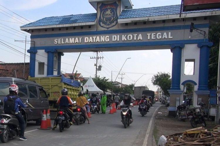 Sejumlah warga mengantre untuk cek suhu tubuh oleh petugas kesehatan sebelum masuk ke Kota Tegal setelah blokade beton dibuka, Jumat (3/4/2020)