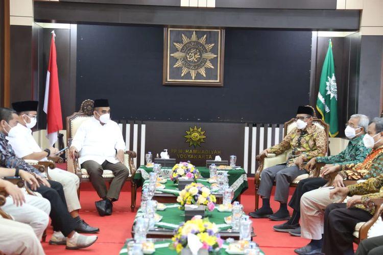 Suasana pertemuan antara Sekretaris Jenderal Partai Gerindra Ahmad Muzani dan Ketua Umum PP Muhammadiyah Haedar Nashir di kantor PP Muhammadiyah, Yogyakarta, Kamis (23/9/2021)