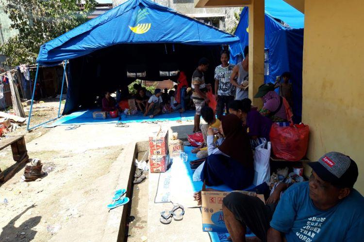 Ratusan korban kebakaran di belakang kawasan AY Patty, Kecamatan Sirimau Ambon mulai mengungsi di tenda darurat yang dibangun BPBD Kota AMbon tak jauh dari lokasi kebakaran, Rabu (9/1/2019)
