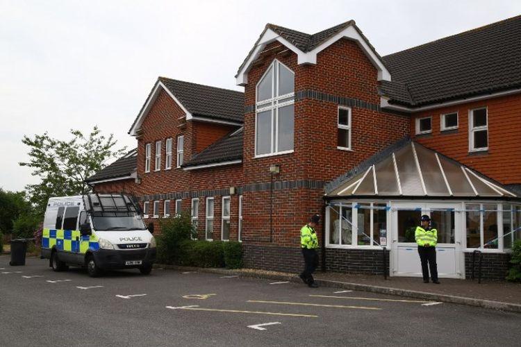Petugas polisi terlihat di luar Amesbury Baptist Center di Amesbury, Inggris, Rabu (4/7/2018), setelah dua orang ditemukan tidak sadar di sebuah rumah di Amesbury. (AFP/Geoff Caddick)