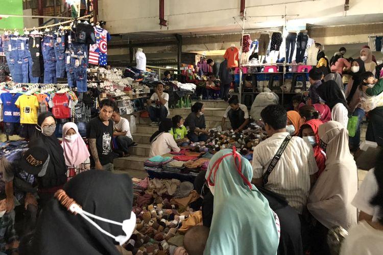 Sejumlah pembeli kerudung berkerumun di salah satu kios Blok B Pasar Tanah Abang, Jakarta Pusat pada Jumat (7/5/2021) sore.