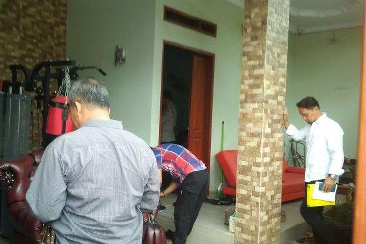 Tim Inafis Satreskrim Polrestabes Bandung mendatangi rumah almarhumah Lina Jubaedah, mantan istri Sule di Jalan Neptunus, Kota Bandung, Rabu (8/1/2020).