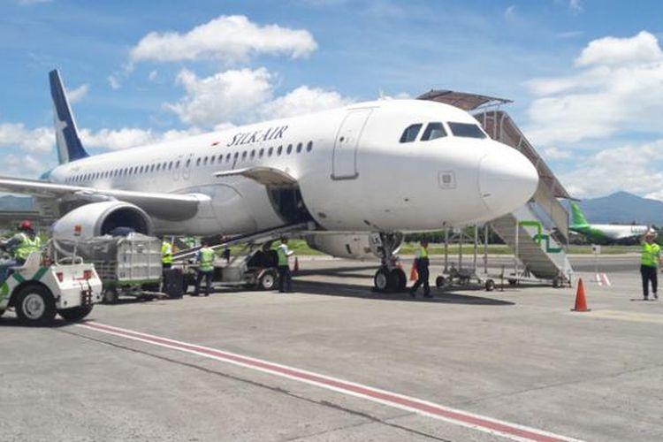Pesawat Silk Air di Bandara Husein Sastranegara Bandung, Jawa Barat, Minggu (5/2/2017).