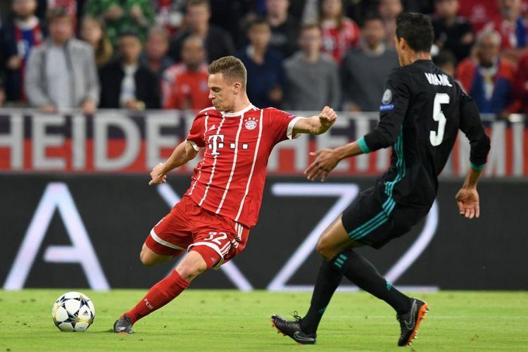 Pemain Bayern Muenchen, Joshua Kimmich, melepas tendangan ke arah gawang Real Madrid pada laga pertama semifinal Liga Champions, Rabu (25/4/2018).