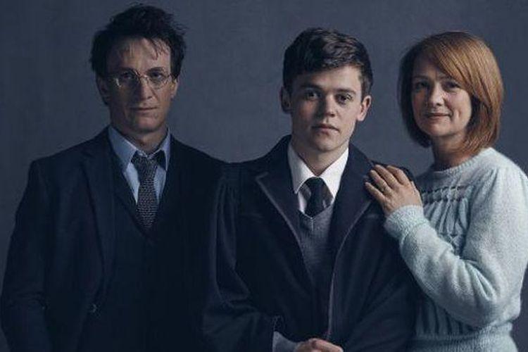 Jamie Parker, Sam Clemmett, dan Poppy Miller (dari kiri ke kanan) berperan sebagai Harry Potter, Albus Potter, dan Ginny Potter pada drama panggung Harry Potter and The Cursed Child.