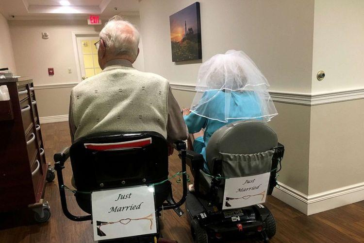 John Cook Sr. yang berusia 100 tahun dan Phyllis Cook 103 tahun itu pertama kali bertemu di Kingston Residence of Sylvania.