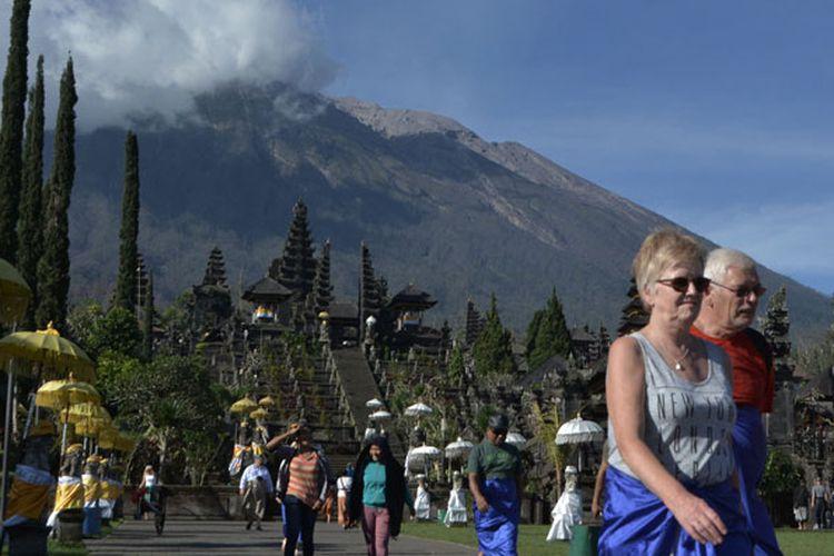 Sejumlah wisatawan mengunjungi kawasan Pura Besakih di Karangasem, Bali, Senin (2/7/2018).