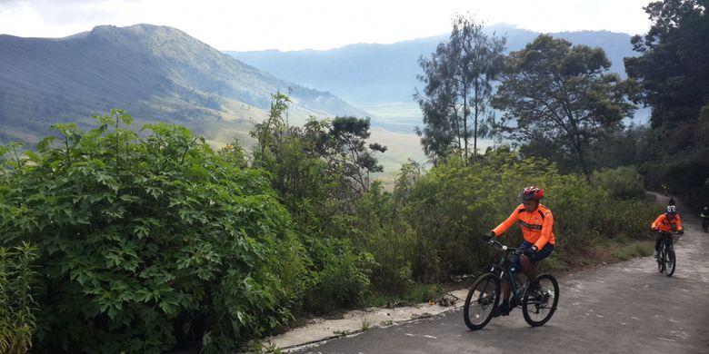 Sejumlah peserta Funbike Bromo 2017 yang diselenggarakan oleh Balai Besar Taman Nasional Bromo Tengger Semeru (TNBTS) saat menuju Pos Jemplang, Gunung Bromo, Jawa Timur, Minggu (19/11/2017).