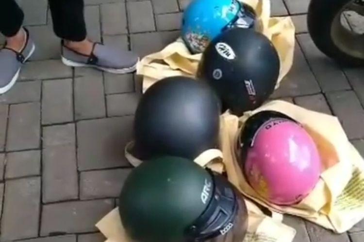 Sebuah video pencurian helm yang dilakukan warga negara asing (WNA) viral di media sosial.