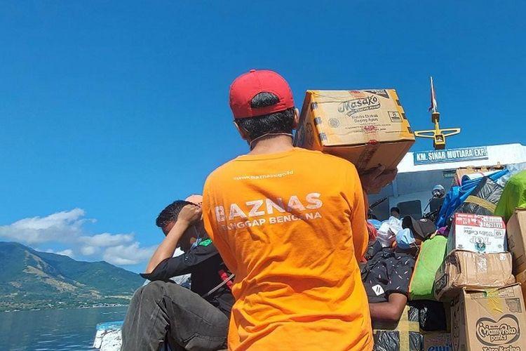 Anggota Baznas saat mendistribusikan bantuan untuk korban bencana alam di NTT