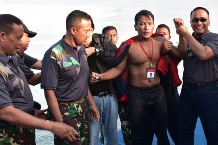 Kopda Marinir Budi Santoso dari satuan Yontaifib-2 Marinir keluar menjadi pemenang lomba renang menyeberangi Selat Sunda, Sabtu (3/3/2018).