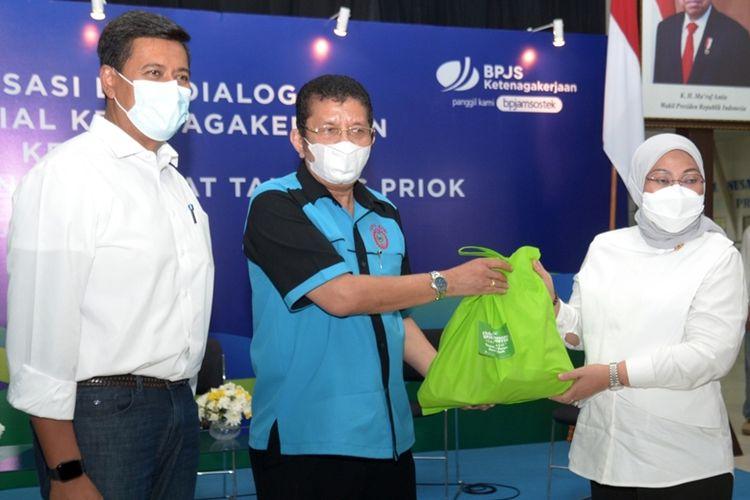 Direktur Utama BPJamsostek Anggoro Eko Cahyo dan Menteri Ketenagakerjaan (Menaker) Ida Fauziyah memberikan bantuan paket sembako kepada para TKBM di Pelabuhan Tanjung Priok, Senin (10/5/2021).