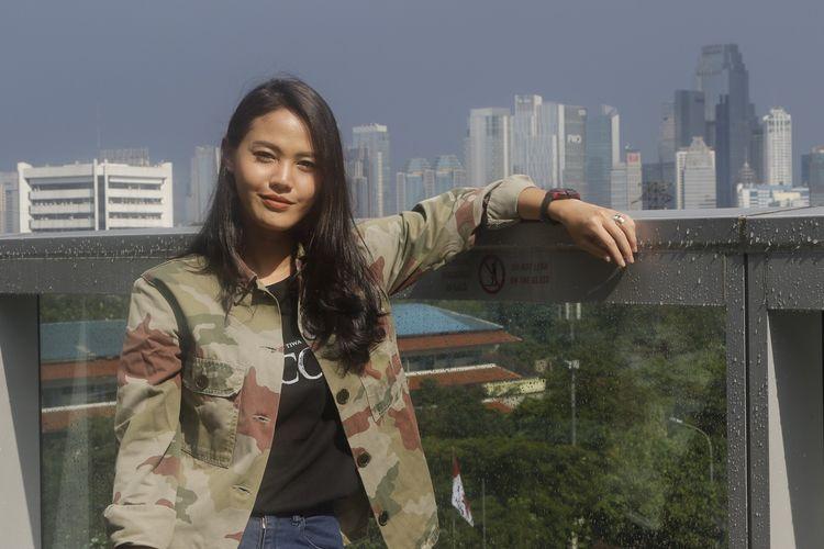 Artis peran Della Dartyan berkunjung ke redaksi Kompas.com di Menara Kompas, Palmerah Selatan, Jakarta Pusat, Jumat (12/4/2019), dalam rangka promo film Pocong The Origin, karya sutradara Monty Tiwa.