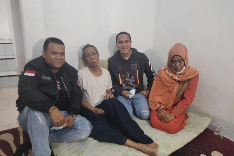 Ressa Herlambang jenguk Pak Ogah di kawasan Jatiasih, Bekasi, Senin (31/5/2021).
