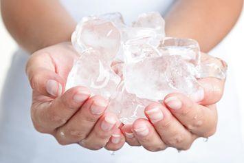 Bahaya Makan Es Batu, Bisa Jadi Sinyal Adanya Masalah Kesehatan