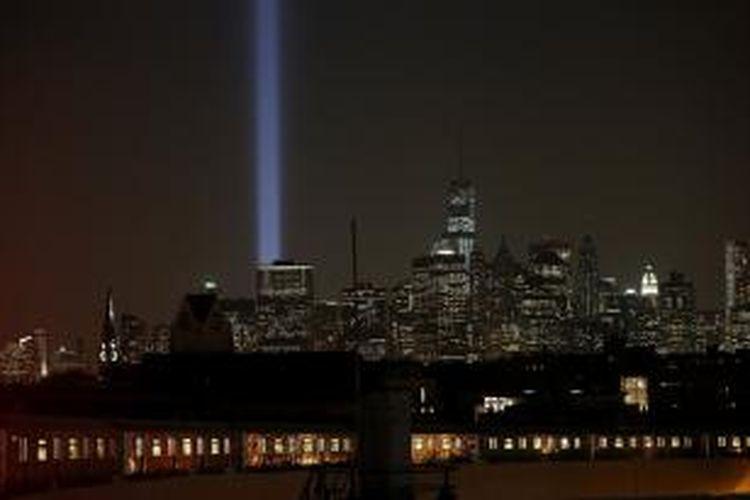 Pemandangan malam kota New York lengkap dengan sinar biru yang dipancarkan dari lokasi menara kembar World Trade Center yang runtuh akibat serangan teroris 12 tahun lalu.