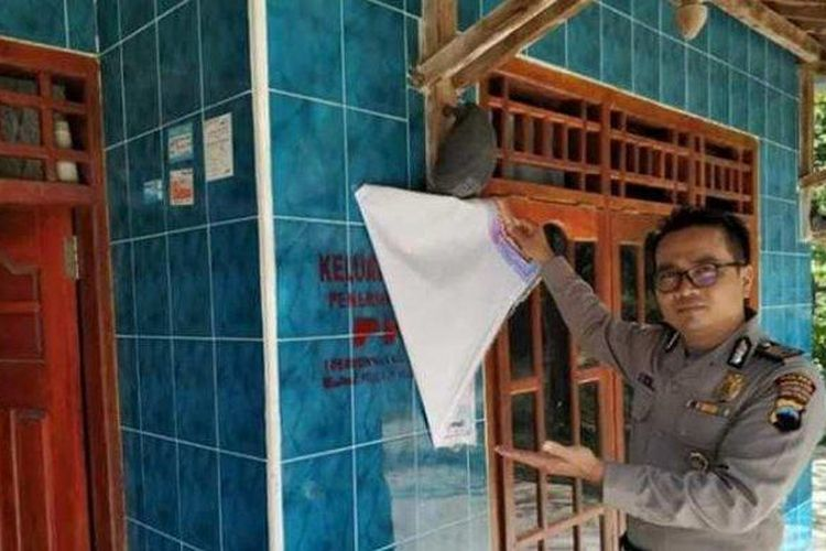 Petugas menunjukkan label Keluarga Miskin di rumah KPM PKH di Kecamatan Pamotan, Rembang, Jawa Tengah