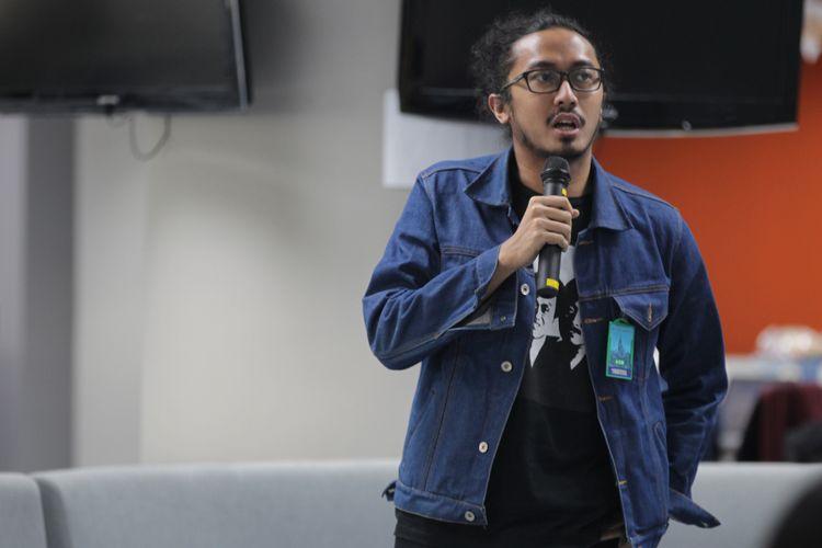 Gilang Bhaskara melakukan stand up saat berkunjung ke kantor redaksi Kompas.com, Palmerah, Jakarta, Senin (11/3/2019). Gilang sedang melakukan promo untuk event Local Stand Up yang akan digelar pada 15-16 Maret di Kuningan City Ballroom.