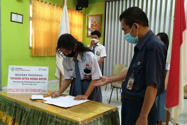 Yayasan AHM kembali memberikan beasiswa untuk para pelajar dan guru di masa pandemi Covid-19.