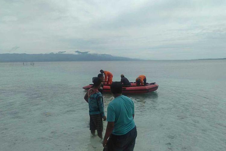 Tim SAR Ambon berusaha mencari bocah empat tahun yang hilang di pantai wisata Akipai, Dusun Wainuru, Desa Liang, Kabupaten Maluku Tengah, Minggu (20/12/2020)