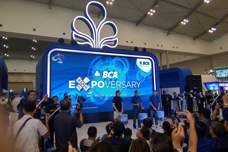 Presiden Direktur BCA Jahja Setiatmadja bersama staf BCA membuka acaraBCA Exposervasary 2020 di ICE BSD, Jumat (21/2/2020).