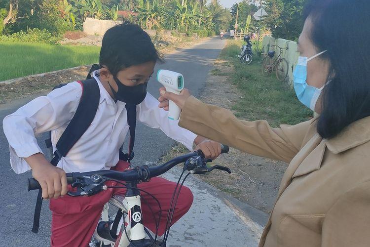 Uji coba Pembelajaran Tatap Muka (PTM) berlangsung di Kabupaten Kulon Progo, Daerah Istimewa Yogyakarta, diikuti pelajar kelas 1 – 5 pada tingkat sekolah dasar.