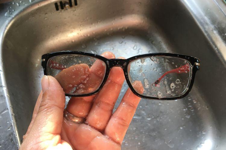 Ilustrasi membersihkan kacamata