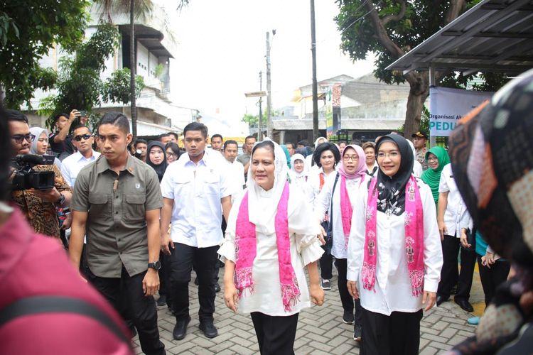 Ibu Negara Iriana Joko Widodo (kerudung merah muda) mendatangi posko penanggulangan banjir di Puskesmas Periuk Kota Tangerang, Jumat (3/1/2020)