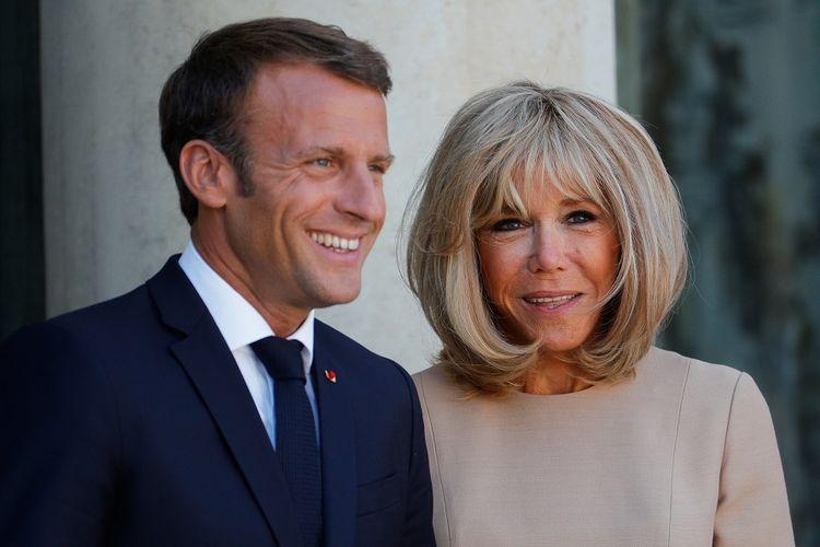 Presiden Perancis Emmanuel Macron (kiri) bersama dengan Ibu Negara, Brigitte Macron.