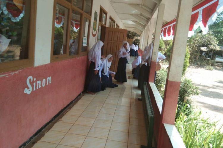 Siswa kelas jauh SMPN 1 Talegong sesaat sebelum memulai belajar di SDN 1 Sukamaju Selasa (20/08/2019)