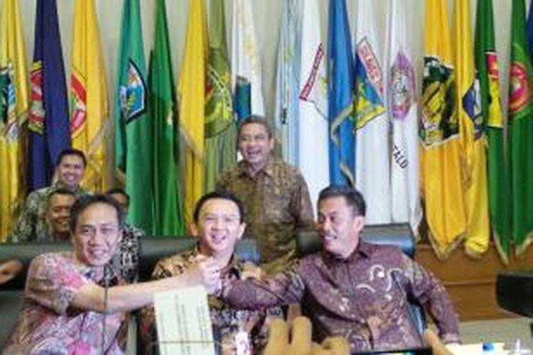 Gubernur DKI Jakarta Basuki Tjahaja Purnama dan Ketua DPRD DKI Prasetio Edi Marsudi berpegangan tangan jelang mediasi dengan Kemendagri, Kamis (5/3/2015).
