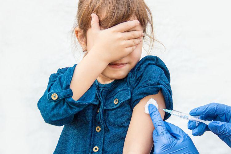 Ilustrasi uji klinis vaksin corona pada anak. Dokter pediatrik menilai uji vaksin Covid-19 pada anak juga perlu segera dimulai.