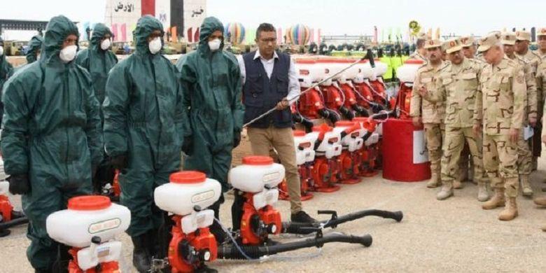 Militer Mesir mengatakan akan menggunakan peralatan pemadam kebakaran untuk mensterilkan ruang terbuka.