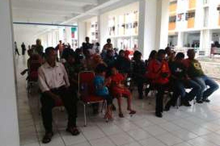 Sejumlah warga Bukit Duri di Tebet, Jakarta Selatan yang terkena dampak proyek normalisasi Ciliwung mengikuti proses pengundian untuk menempati Rusun Rawa Bebek. Kamis (6/10/2016)
