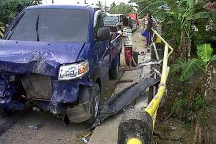 Mobil pickup di Kabupaten Bone, Sulawesi Selatan ini nyaris tercebur kedalam sungai lantaran pengemudi mengantuk. Selasa, (26/11/2013).