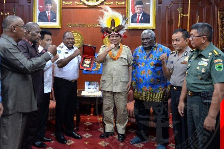 Menteri Pertahanan Prabowo Subianto saat bertemu dengan Bupati Manokwari Selatan Markus Waran di ruang rapat kerja Menhan di Kantor Kementerian Pertahanan, Jakarta Pusat, Kamis (12/03/2020).