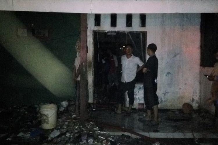 Damkar Kabupaten Bogor memadamkan kobaran api setelah mendapat laporan warga di Desa Bojong Kulur, Kecamatan Gunung Putri, Bogor, Jawa Barat, Sabtu (26/10/2019).