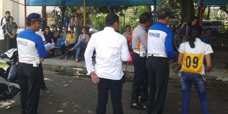 Para peserta uji praktek pembuatan Surat Izin Mengemudi (SIM),C mengikuti arahan petugas di Satpas SIM, Jalan Daan Mogot, Jakarta Barat, Senin (4/8/2014).