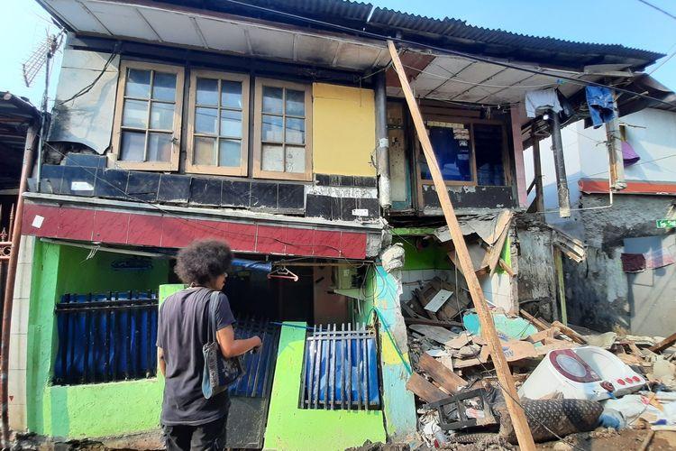 Dua rumah warga di Jalan Kayu Manis IX, Matraman, Jakarta Timur ambruk diduga karena pengerjaan saluran air, Sabtu (14/12/2019)